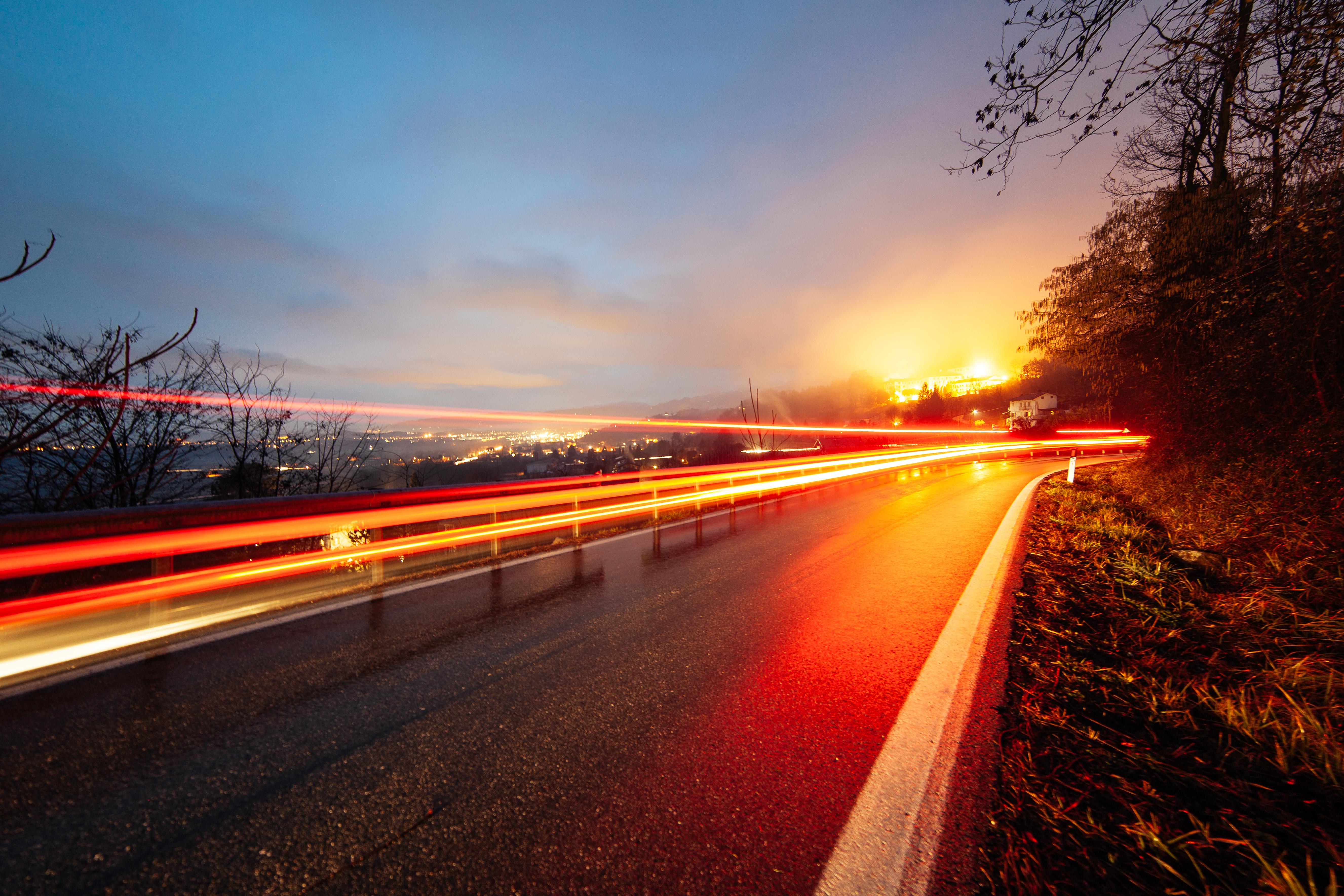 傍晚的高速公路和城市高清圖片