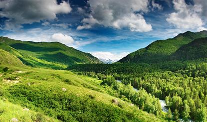 蓝天白云山丘树林高清图片